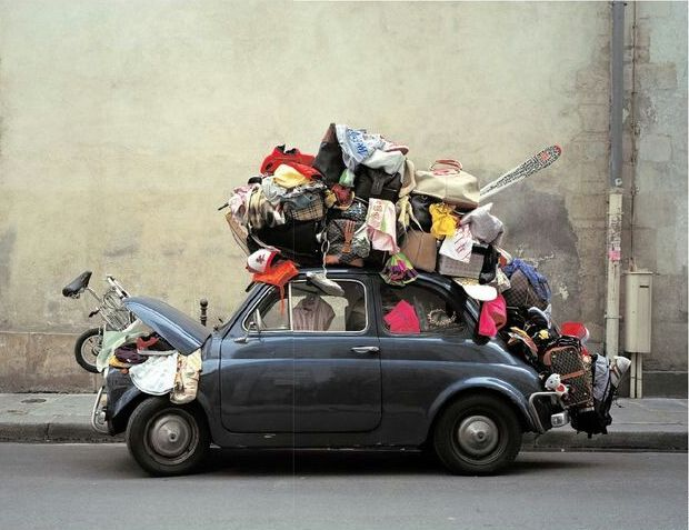 I bagagli sul tetto dell'auto.